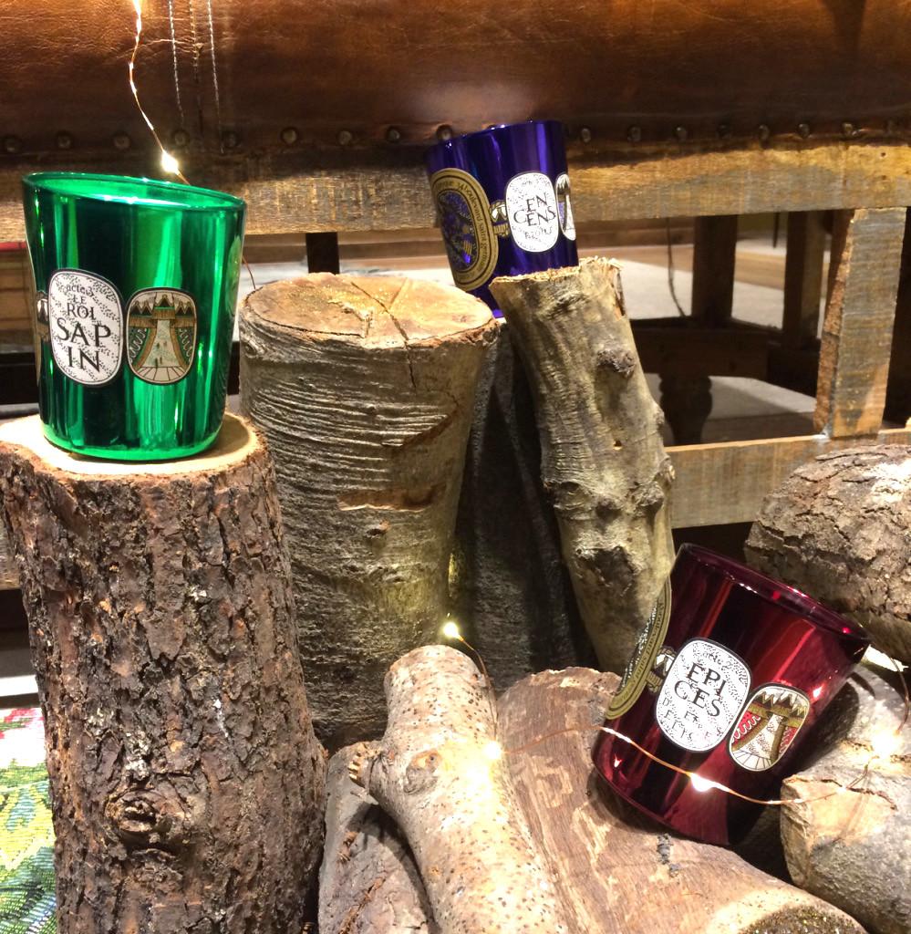 Les Bougies Diptyque proposent aussi une collection Noël sensationnelle ! Offrez les senteurs Encens étoilés, Roi Sapin ou Epices et délices pour embaumer les Fêtes.